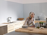如何安排厨房中电器和灶具